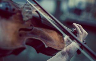 gra na skrzypcach z perspektywy pierwszej osoby