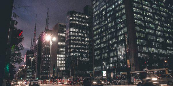 oświetlone biura