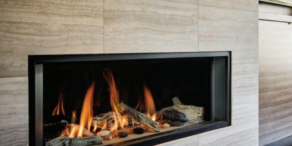kominek z palącym się drewnem