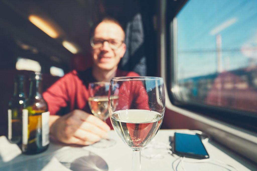 jedzenie i picie w pociągu