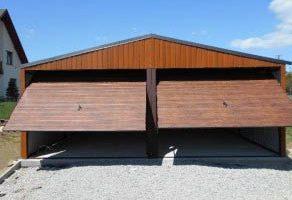 duży garaż drewnopodobny